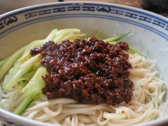 Image Source https://chichihehe.wordpress.com/2011/04/01/%E7%82%B8%E9%86%AC%E9%BA%B5-zha-jiang-mian-and-of-course-jjajangmyun/